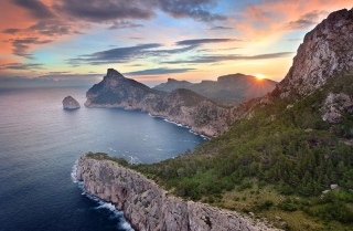 A really beautiful sunrise over the island Colomer as seen from Talayot de Almallutx which is part of Mallorcas Formentor peninsula. It was a calm morning, great light and nobody there except my buddy Matthias and me. Pretty awesome! Getting up really early once again payed off.